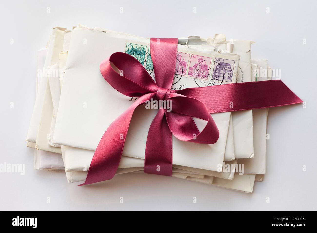 Pila di lettere legate con nastro Foto Stock