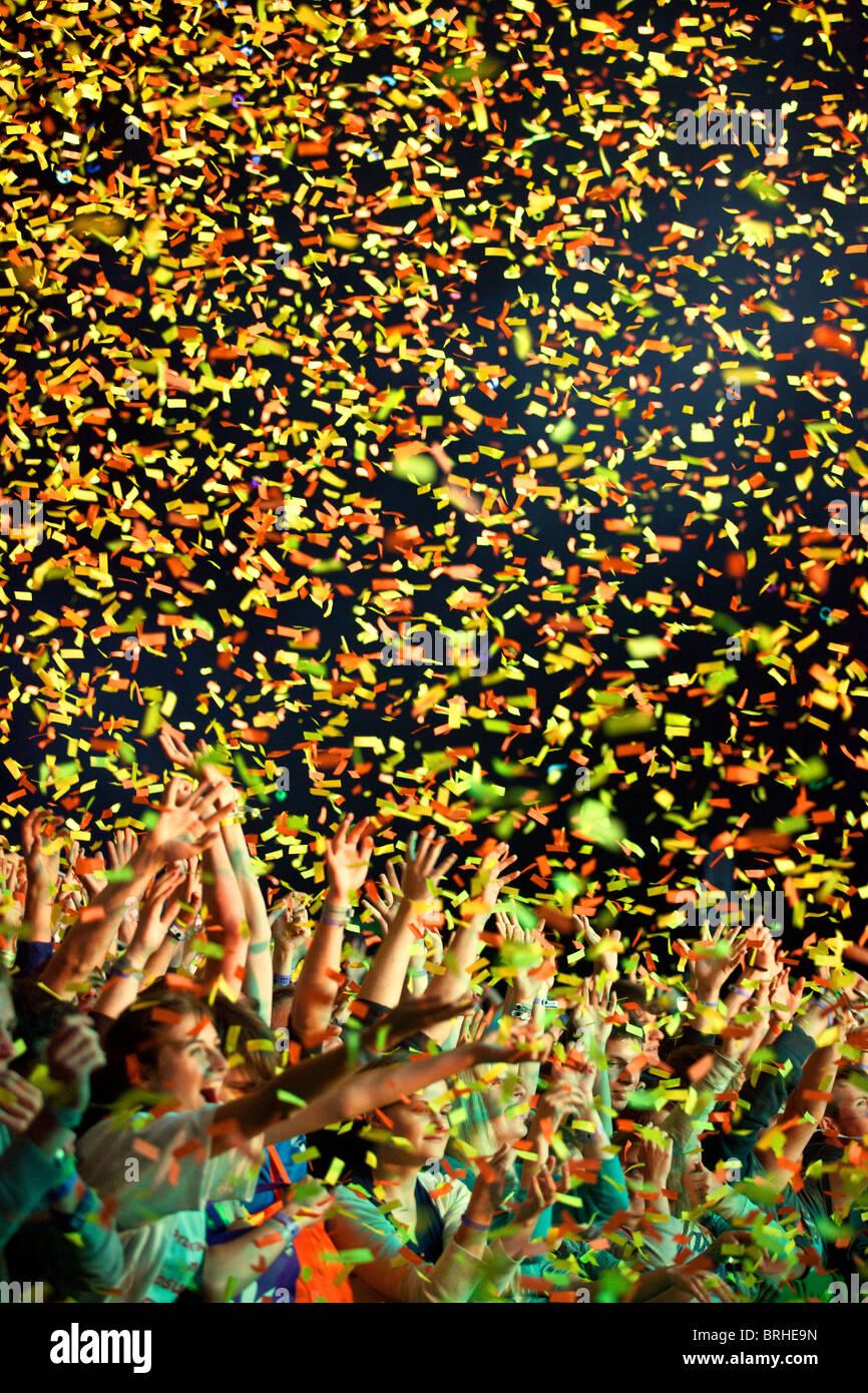 La folla di giovani coperti con i confetti durante il concerto rock, Katowice, Polonia Immagini Stock