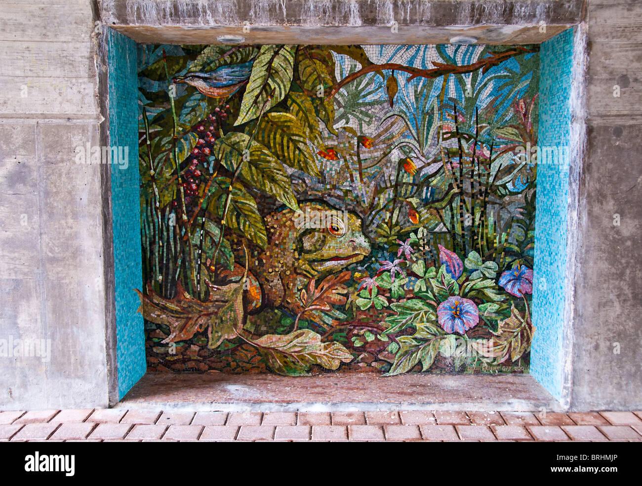 Piastrella mosaico arte lungo la passerella sotto il ponte nei boschi, Texas, Stati Uniti d'America Immagini Stock