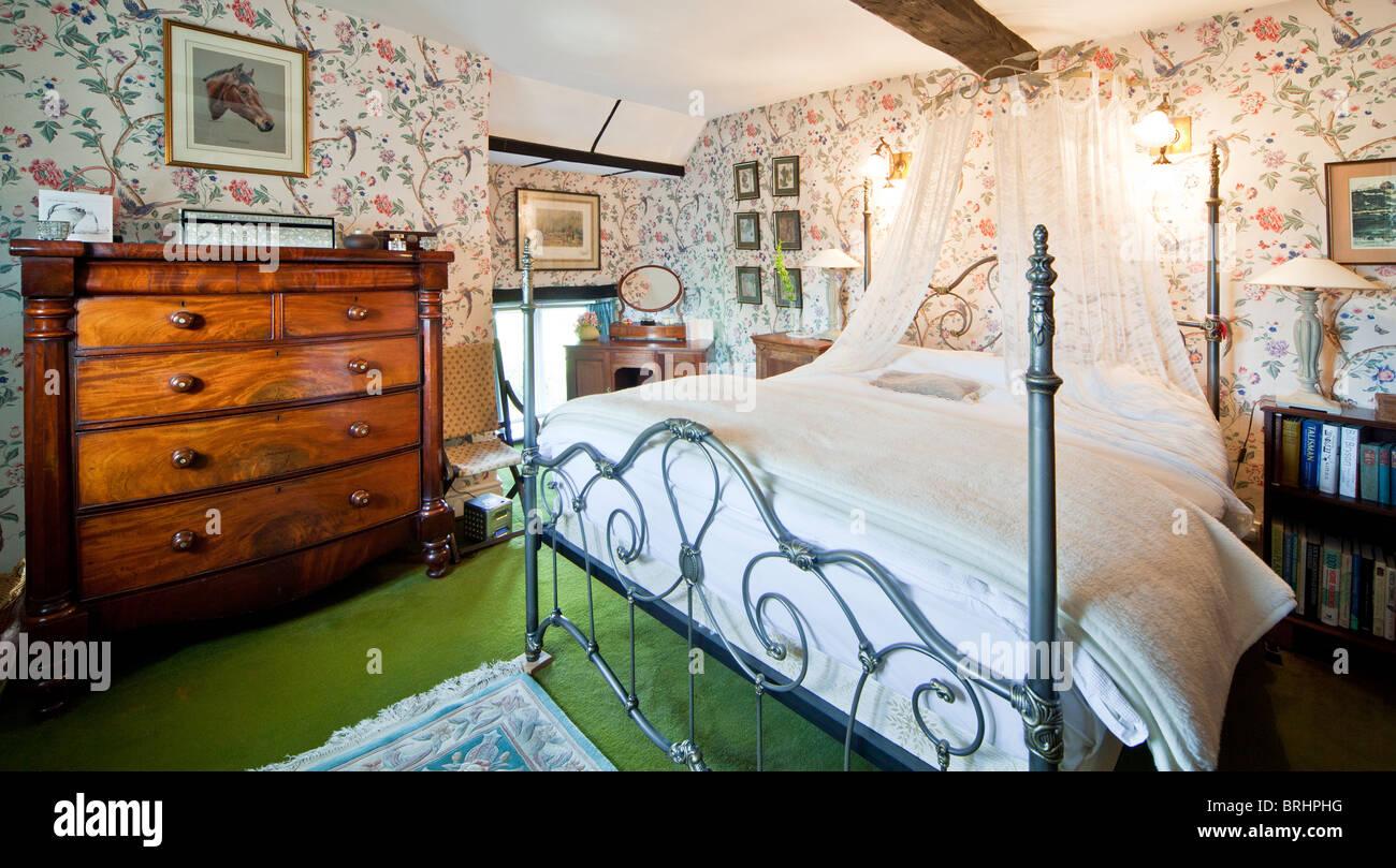 Camera Da Letto Matrimoniale In Inglese.La Camera Da Letto Principale In Una Vecchia Casa Di Campagna