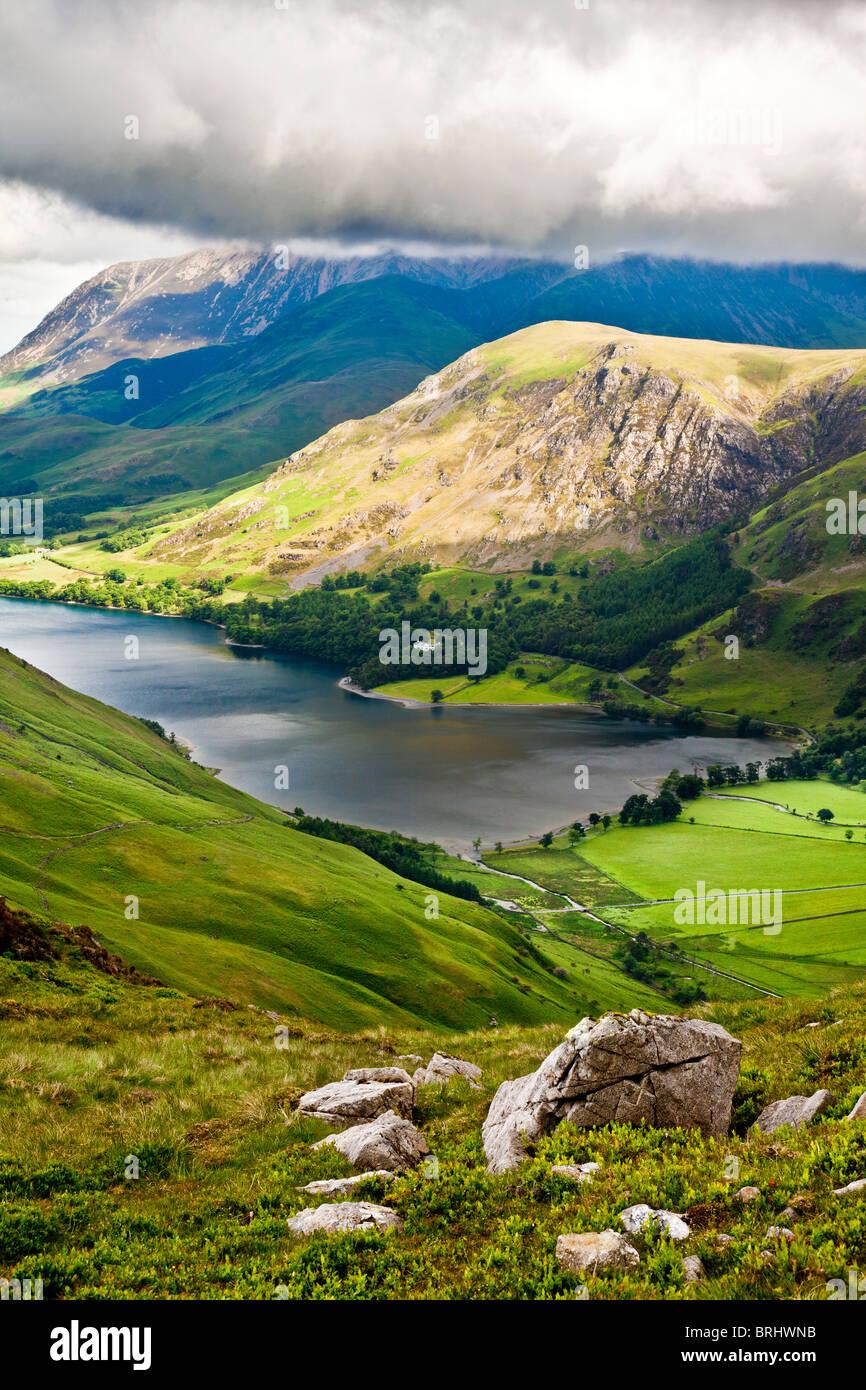 Vista su Buttermere & Crummock acqua dal percorso Haystacks, Parco Nazionale del Distretto dei Laghi, Cumbria, Immagini Stock
