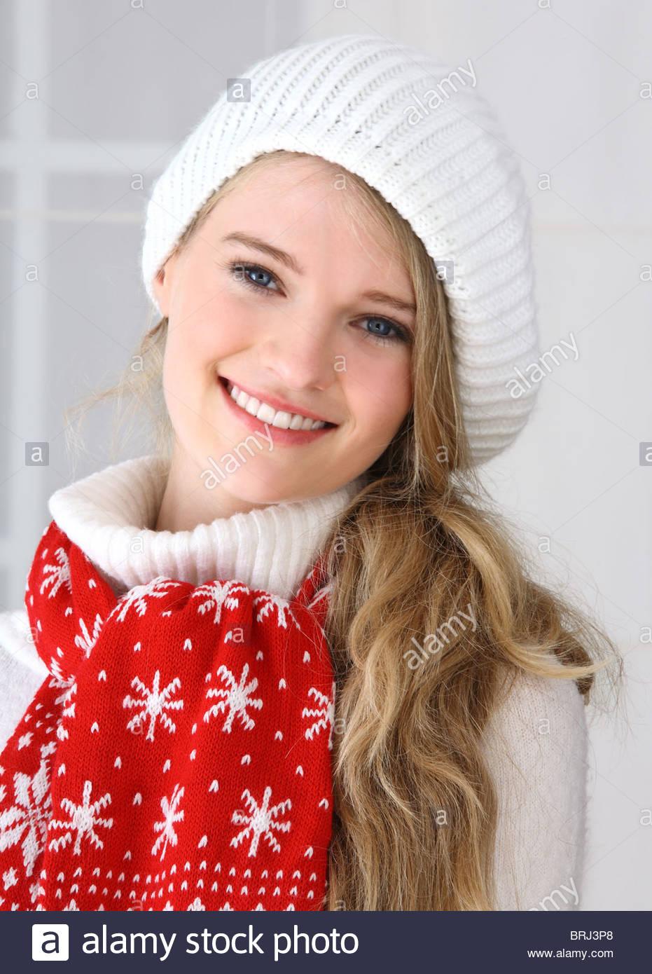 Ritratto di giovane donna con sciarpa rossa Immagini Stock