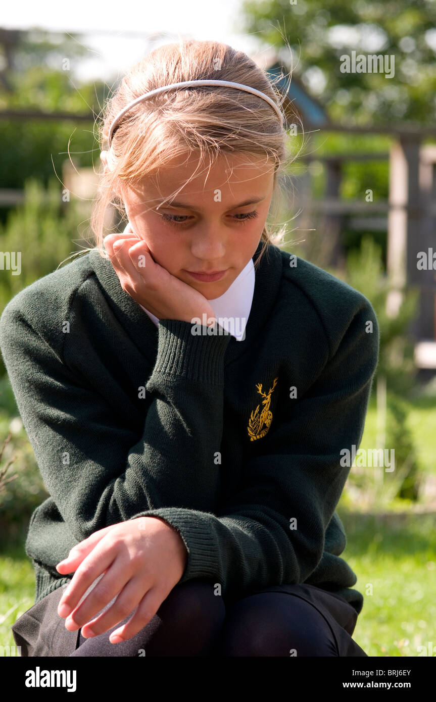Schoolgirl con la testa appoggiata sulla sua mano Immagini Stock