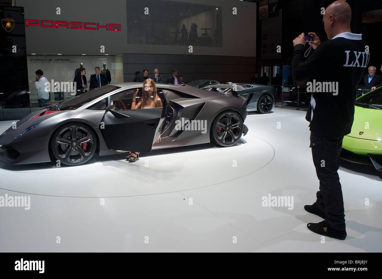 Parigi, Francia, Parigi Car Show, modello e fotografo di scattare le foto, le automobili di lusso Lamborghini sesto Immagini Stock