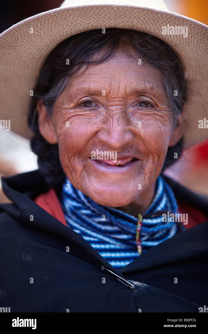 Una donna locale nel mercato a Tarabuco, Bolivia Immagini Stock