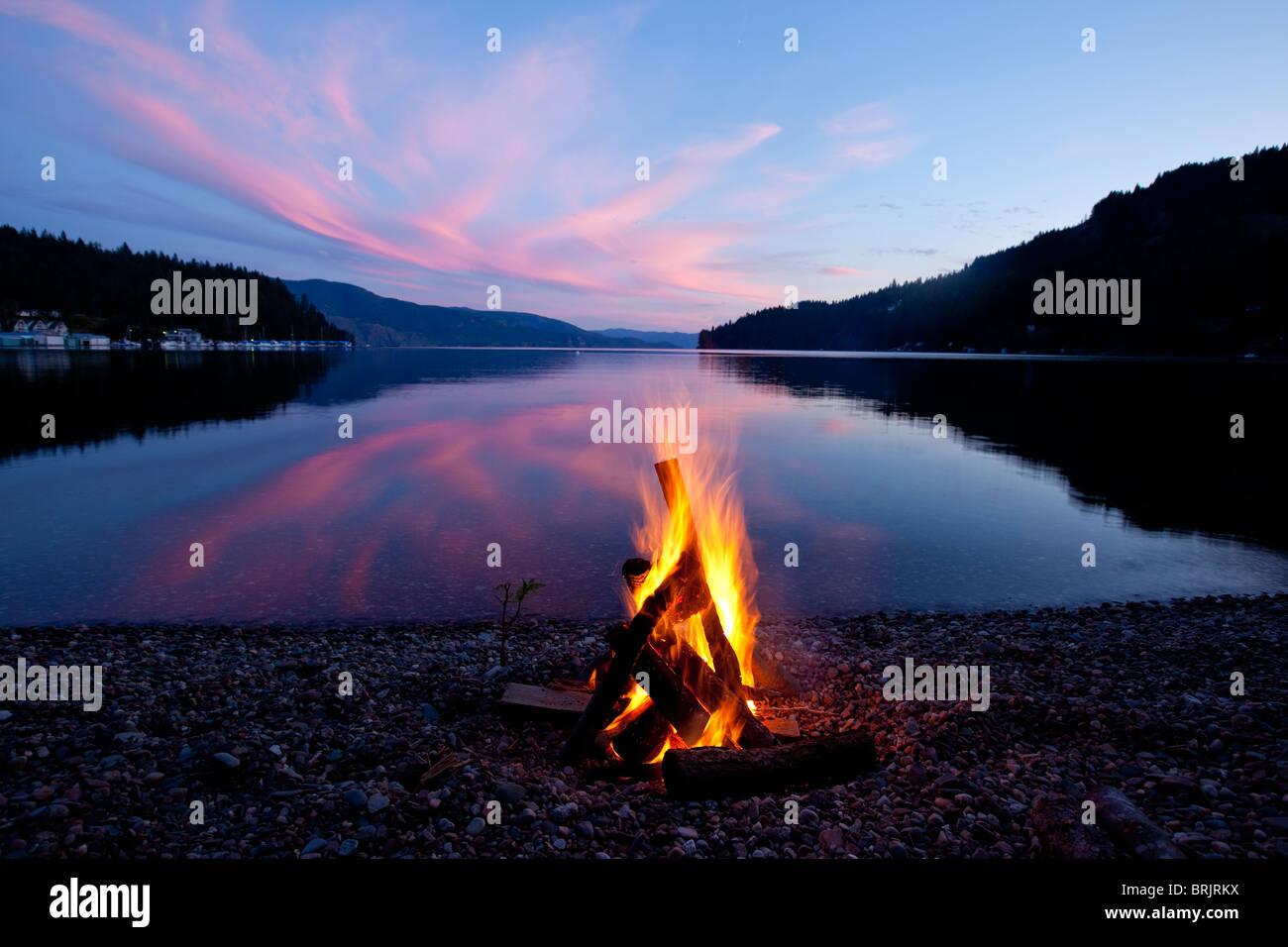 Campfire con tramonto riflesso sul lago in Idaho. Immagini Stock