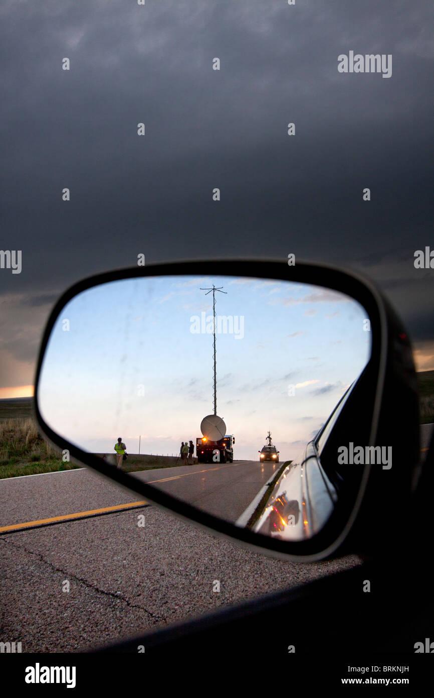 Shot attraverso uno specchietto retrovisore, un Doppler su ruote carrello esegue una scansione temporale supercellular Immagini Stock