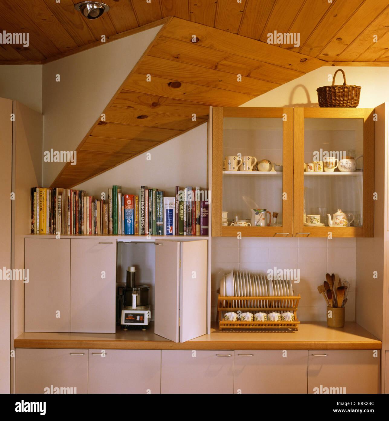 Libri di cucina sul ripiano sopra armadio elettrico di for Libri di cucina professionali pdf