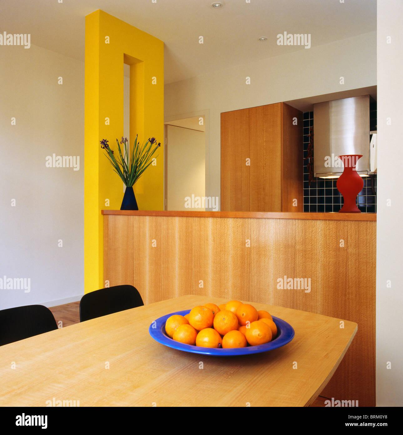 Orange in blu luminoso ciotola sulla tavola dei ristoranti ...
