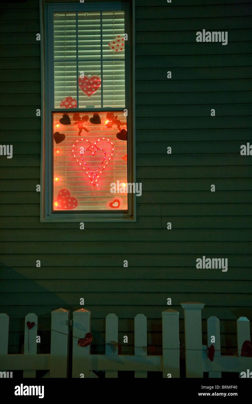 Il giorno di san valentino, finestra di san valentino, finestra illuminata di notte, Brooklyn, americana Immagini Stock