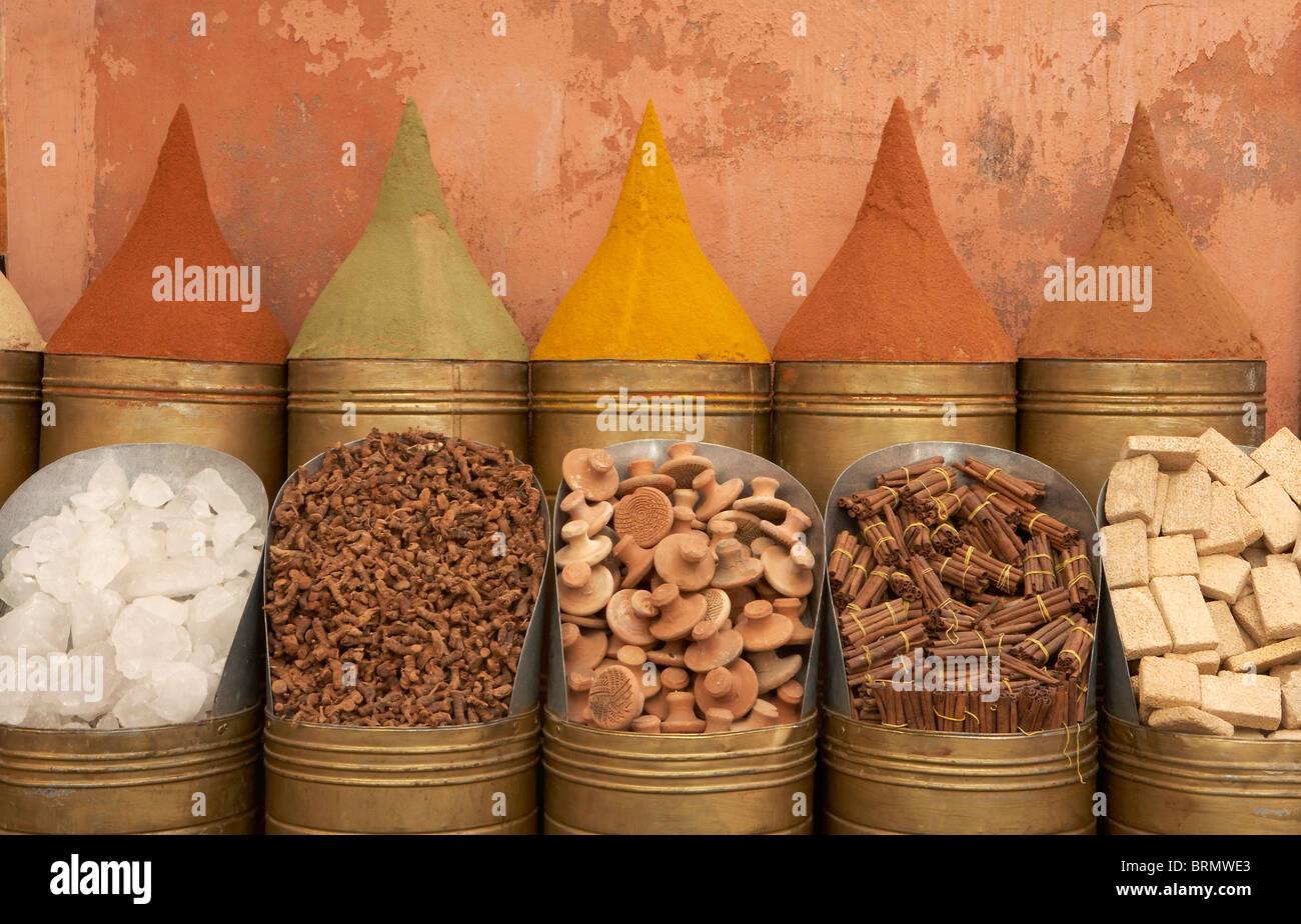 Marrakech: le righe di spezie al di fuori del negozio Immagini Stock