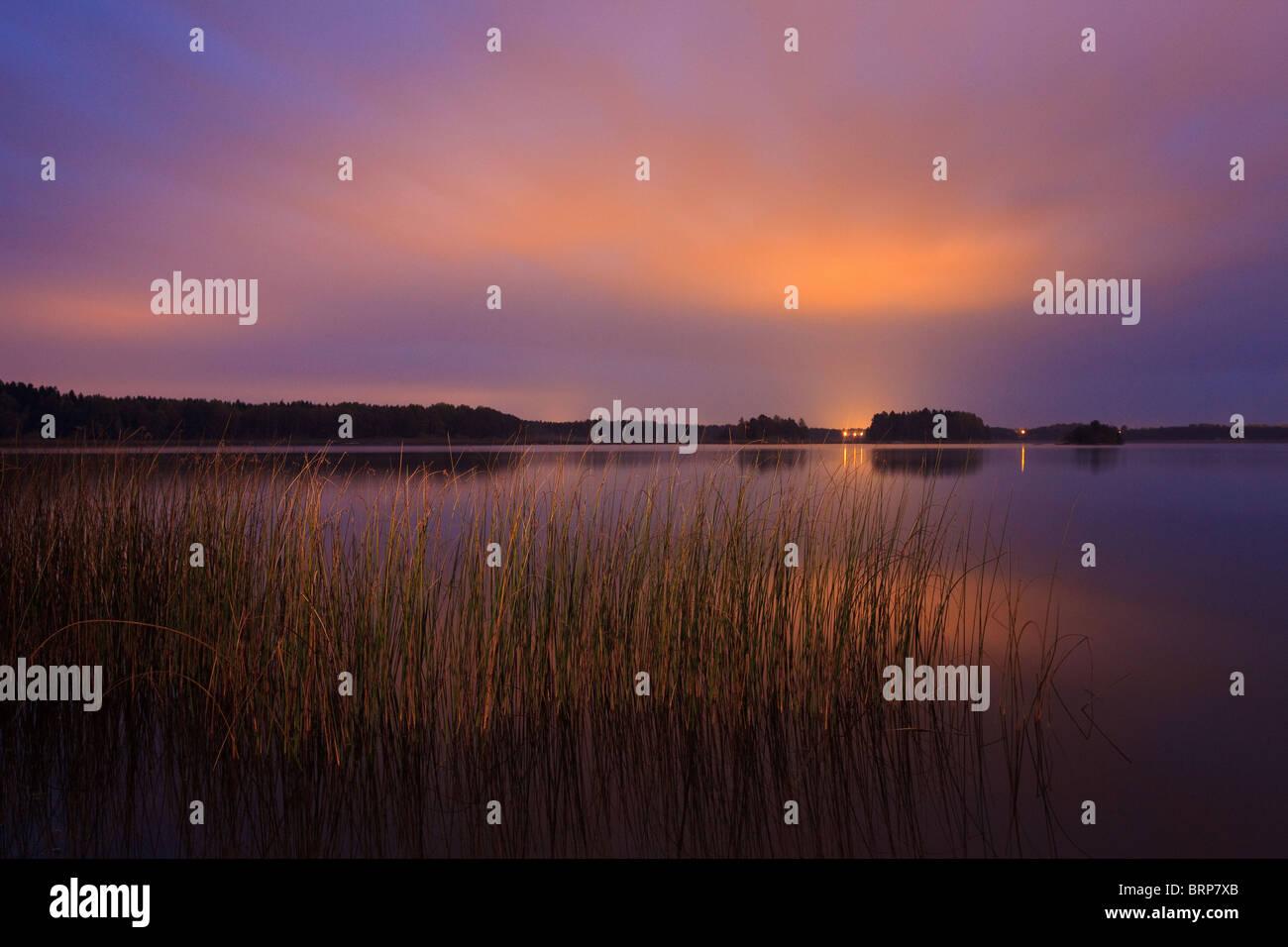 Notte a Hvalbukt nel lago Vansjø, Rygge kommune, Østfold fylke, Norvegia. Immagini Stock