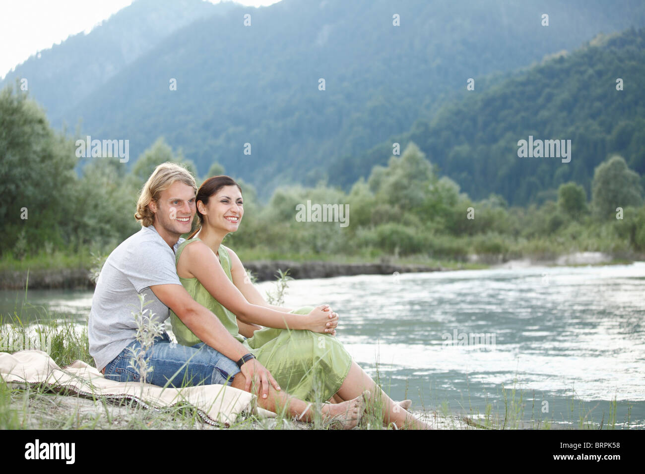 Tempo libero dal fiume in montagna Immagini Stock