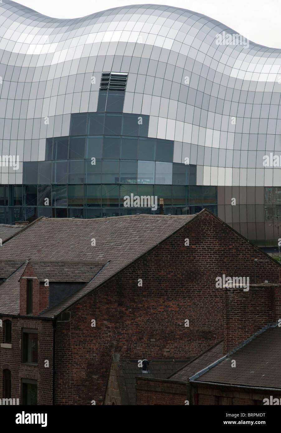 L'ultra moderna Salvia contrasta con i vecchi edifici in mattoni in primo piano. Newcastle upon Tyne, Regno Unito Foto Stock