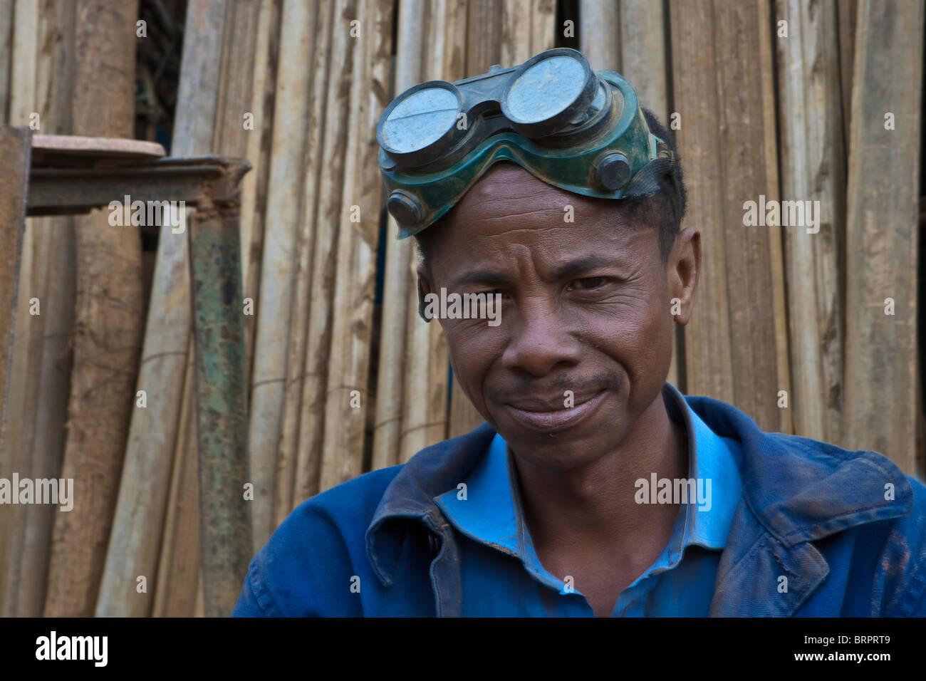 Ritratto di lavoratore di metallo, Bealana, Regione di Sofia, Madagascar Immagini Stock