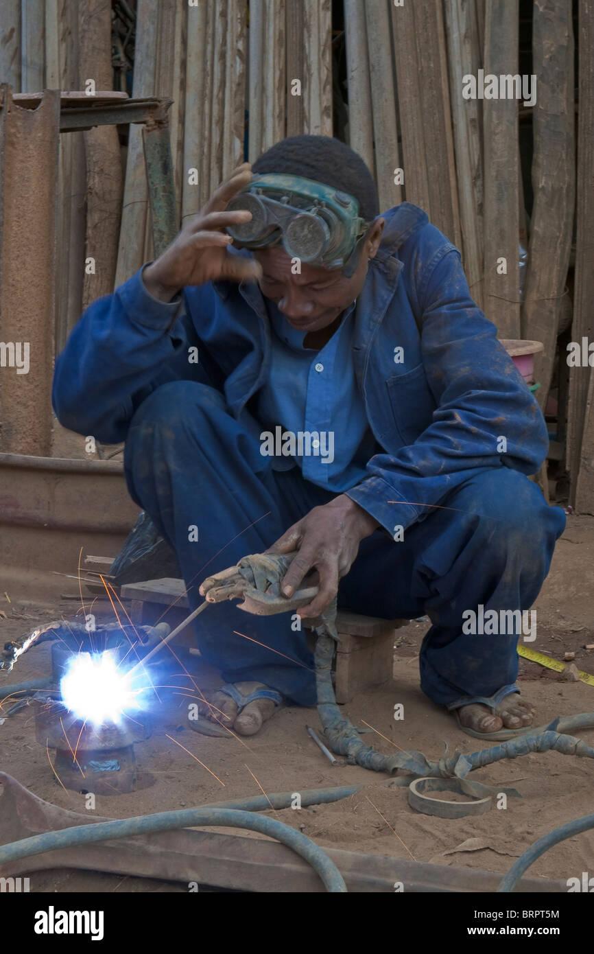 Lavoratore di metallo, Bealana, Regione di Sofia, Madagascar Immagini Stock