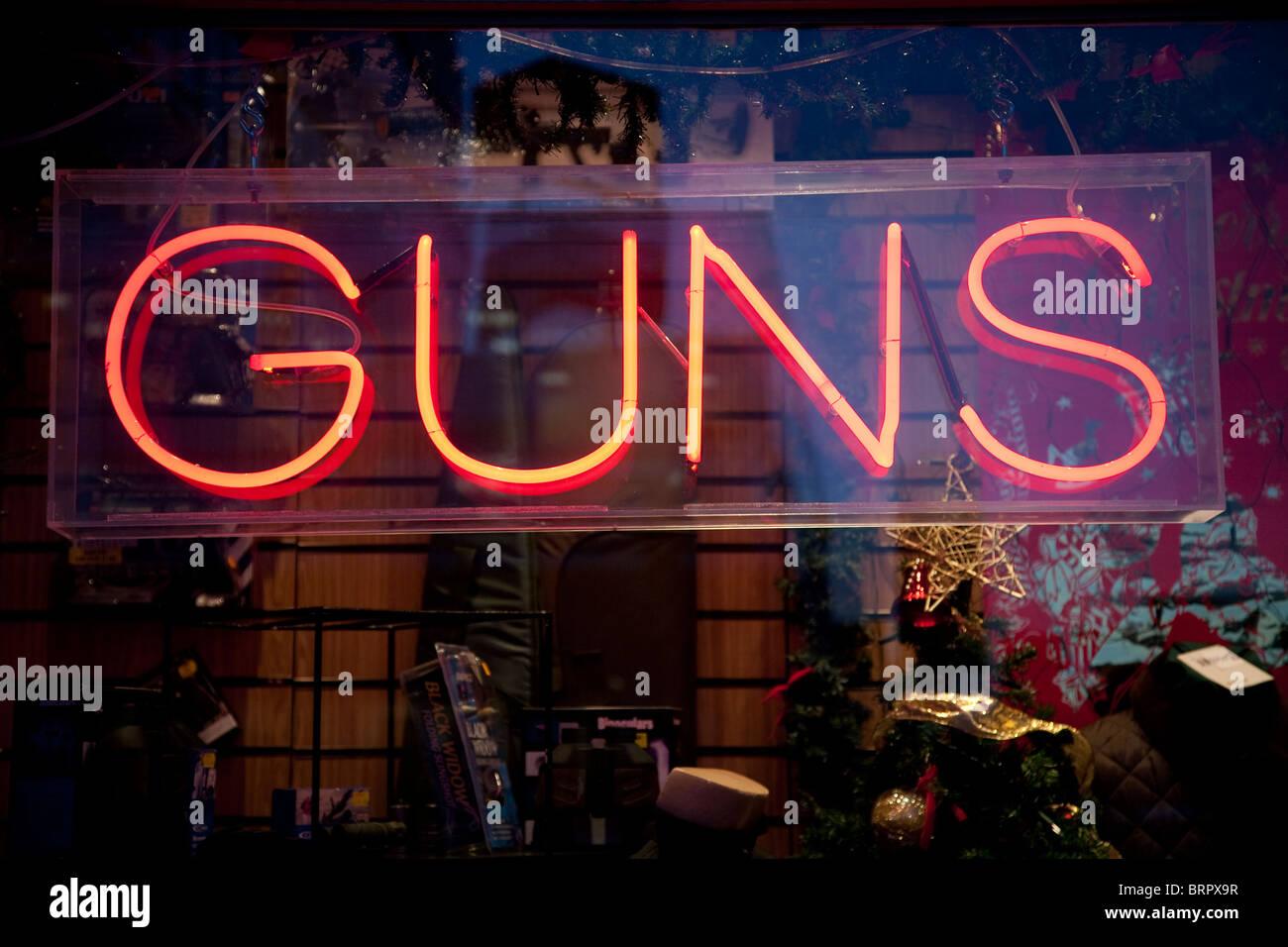 Vetrina pubblicità segno pistole per la vendita. Foto:Jeff Gilbert Immagini Stock