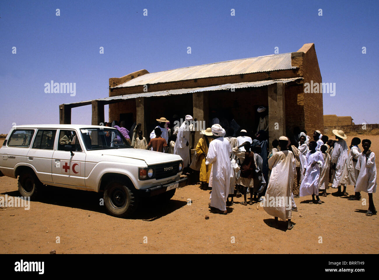 La carestia nella regione del Darfur del Sudan, 1985. La Croce Rossa e Mezzaluna Rossa il veicolo al punto di monitoraggio Immagini Stock