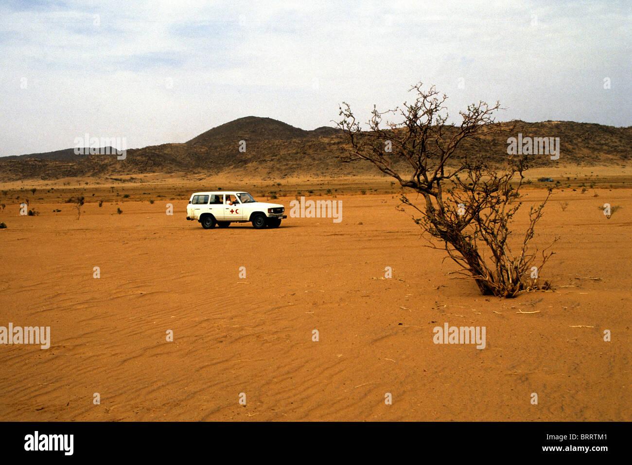 La carestia nella regione del Darfur del Sudan, 1985. La Croce Rossa e Mezzaluna Rossa incrocio veicolo deserto Immagini Stock