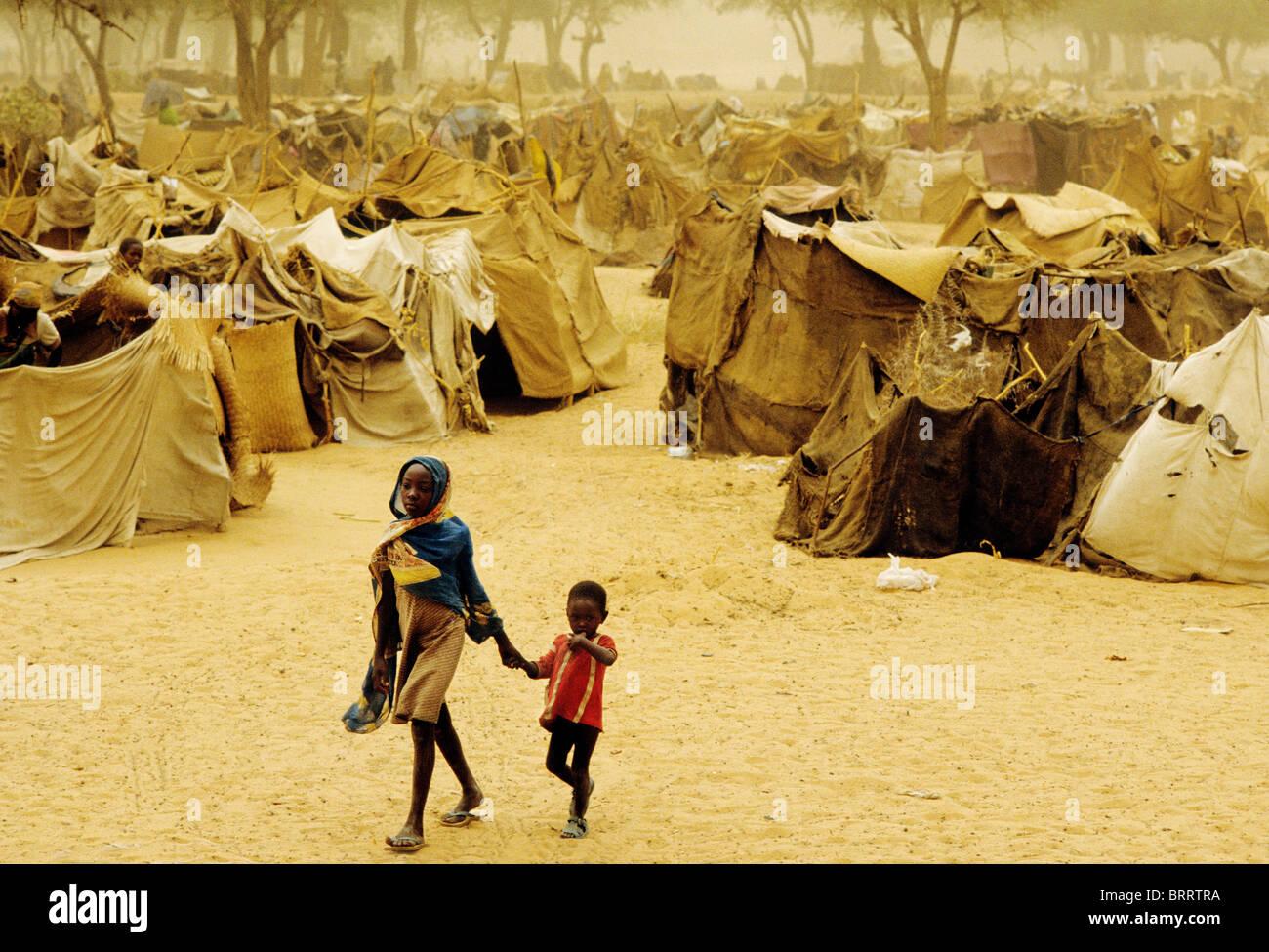 La carestia nella regione del Darfur del Sudan, 1985. Sorella e fratello a Mawashi campo profughi nei pressi di Immagini Stock