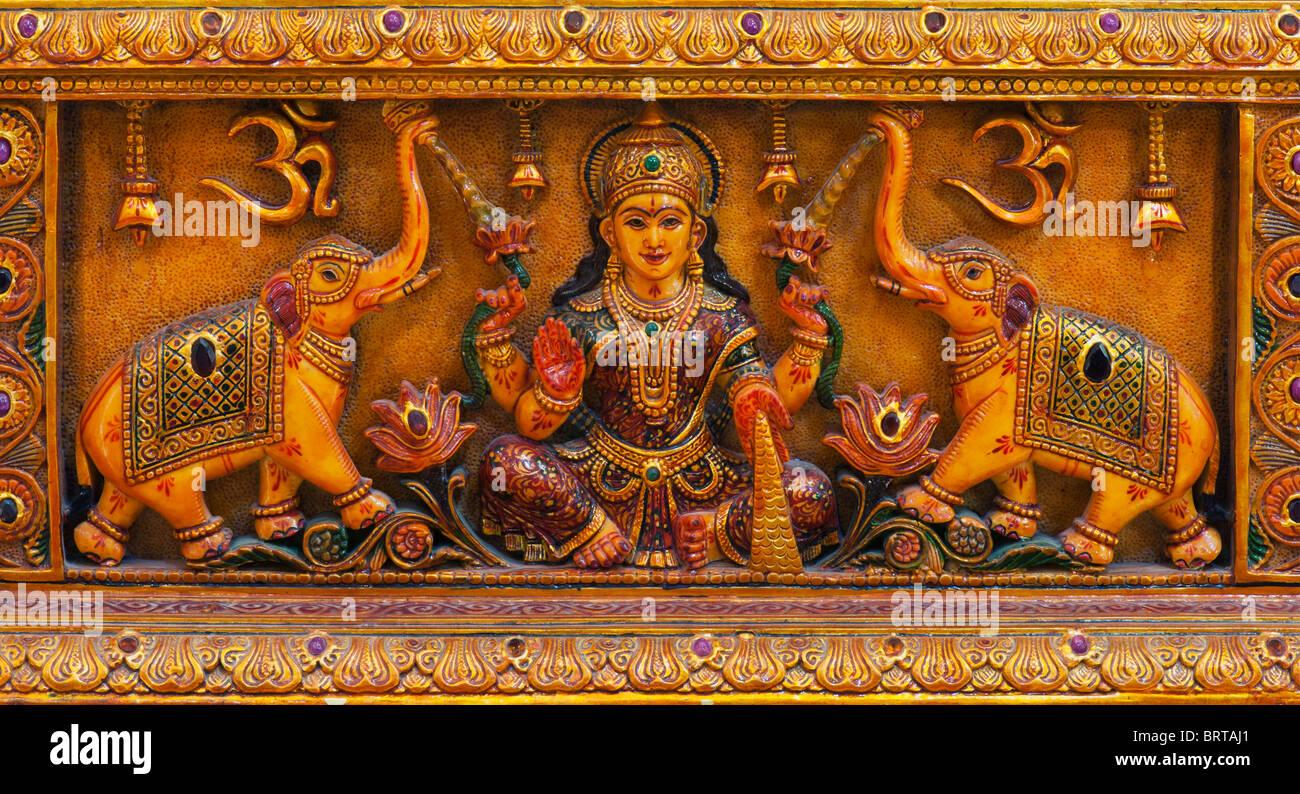 Dea indù Lakshmi, elefanti e om simbolo rappresentato in marmo. India Immagini Stock