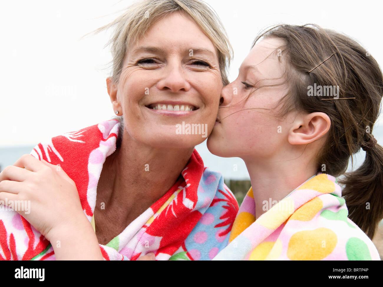 Nipote di baci nonna Immagini Stock