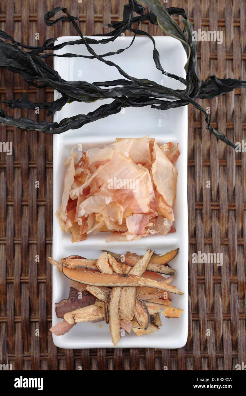 Radere i pesci e le alghe sul piatto da portata Foto Stock
