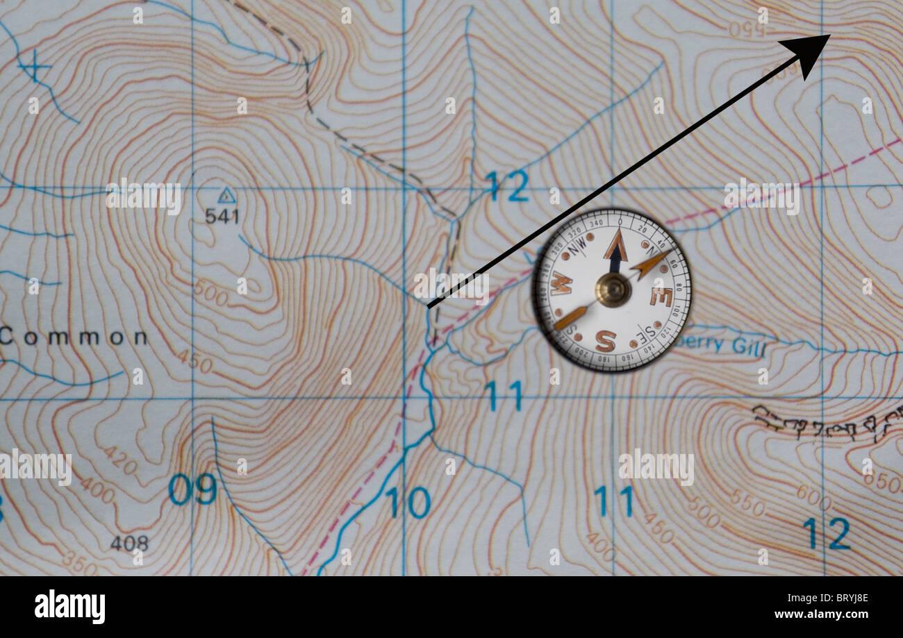 Bussola sulla mappa e percorso di tracciatura Immagini Stock