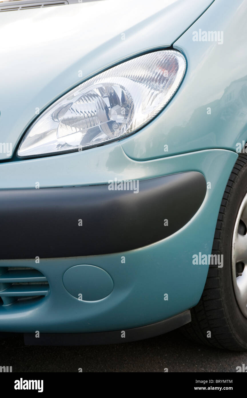 In prossimità della parte anteriore di un faro e paraurti in plastica su un auto. Foto Stock