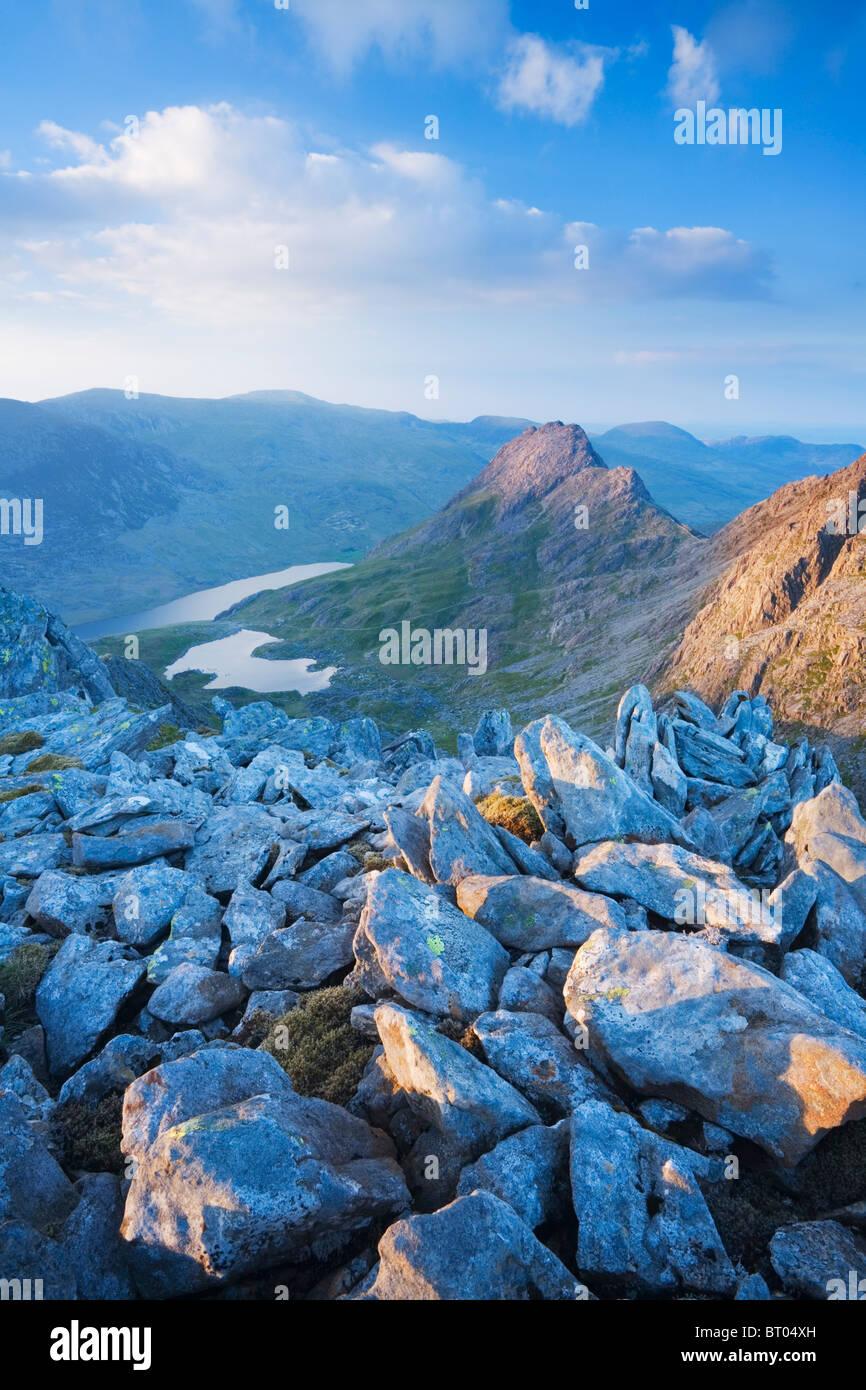 Monte Tryfan e la valle Ogwen da Glyder Fach. Parco Nazionale di Snowdonia. Conwy. Il Galles. Regno Unito. Immagini Stock