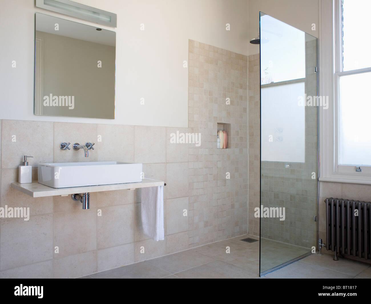 Walk in wet room con box doccia in vetro parete in beige moderno
