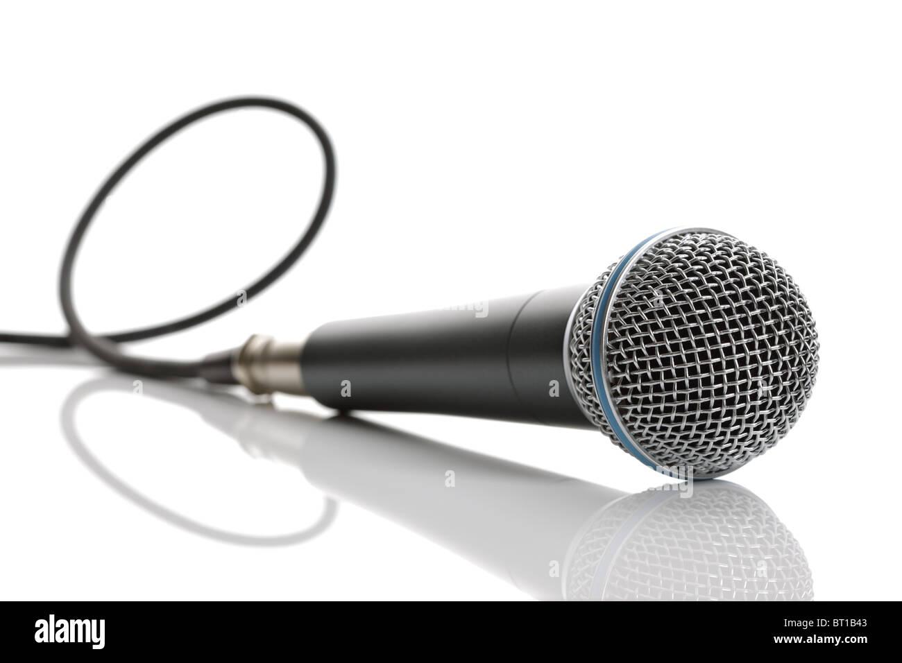 Microfono con cavo isolato su sfondo bianco Immagini Stock