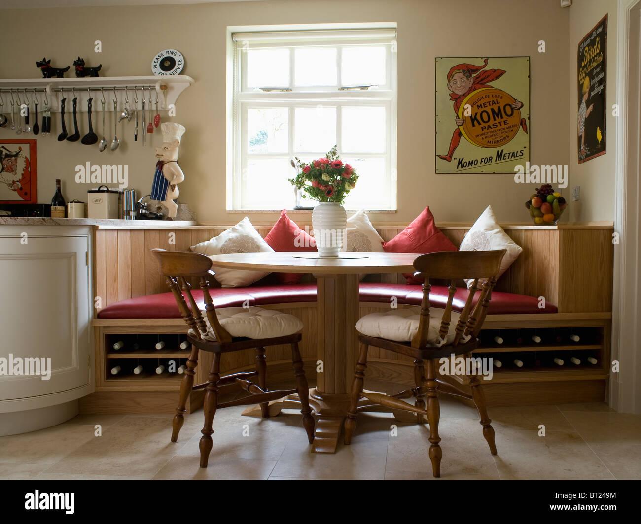 Tavola Circolare E Vecchie Sedie Di Legno In Cucina Sala Da Pranzo Camera Con Panca Montata Posti A Sedere Foto Stock Alamy