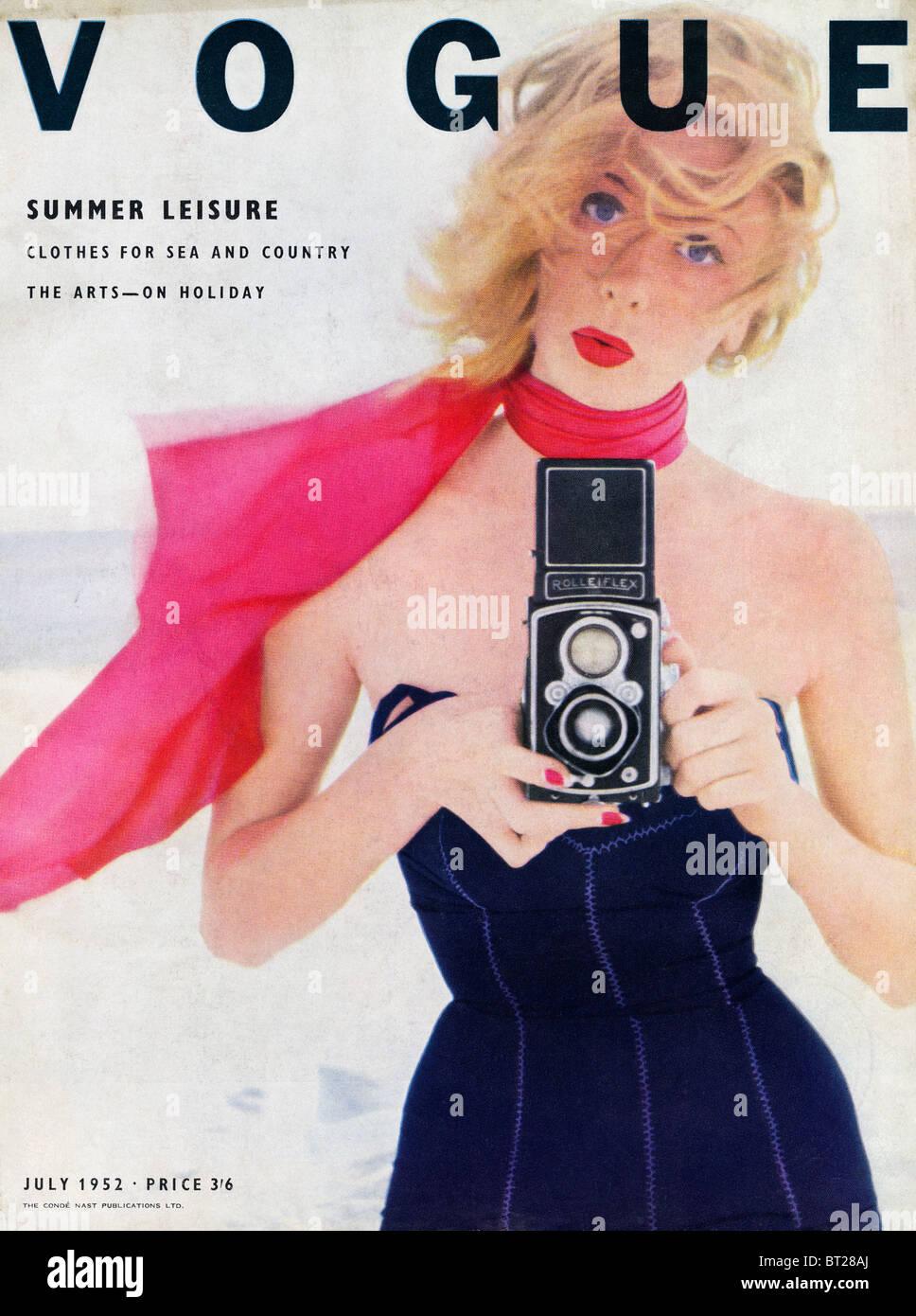Copertina della rivista di moda Vogue Luglio 1952 fotografata da Irving Penn al prezzo di 3 scellini e 6 pence Immagini Stock