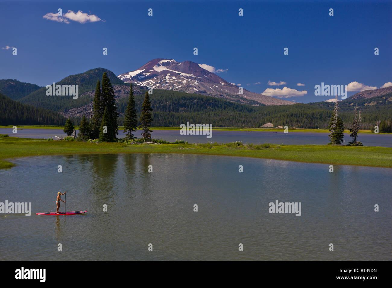 La formazione di scintille lago, OREGON, Stati Uniti d'America - Donna su paddleboard, Sud sorella, un vulcano Immagini Stock