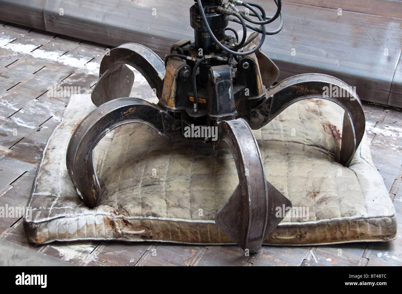 Dettaglio di impianto di rifiuti: vecchio materasso con griffa di grandi dimensioni sul nastro trasportatore Immagini Stock