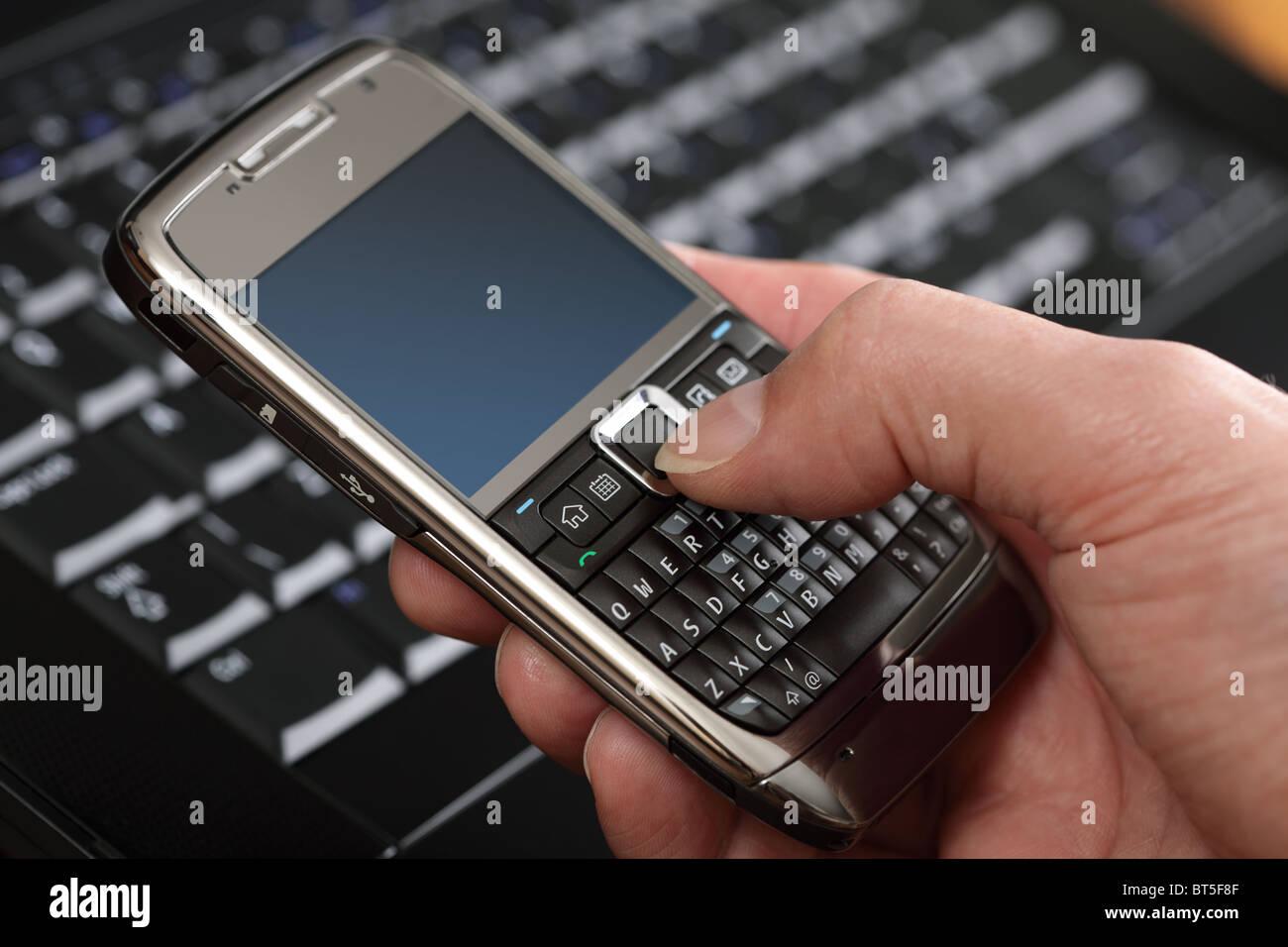 Utilizzando una smart telefono cellulare Immagini Stock
