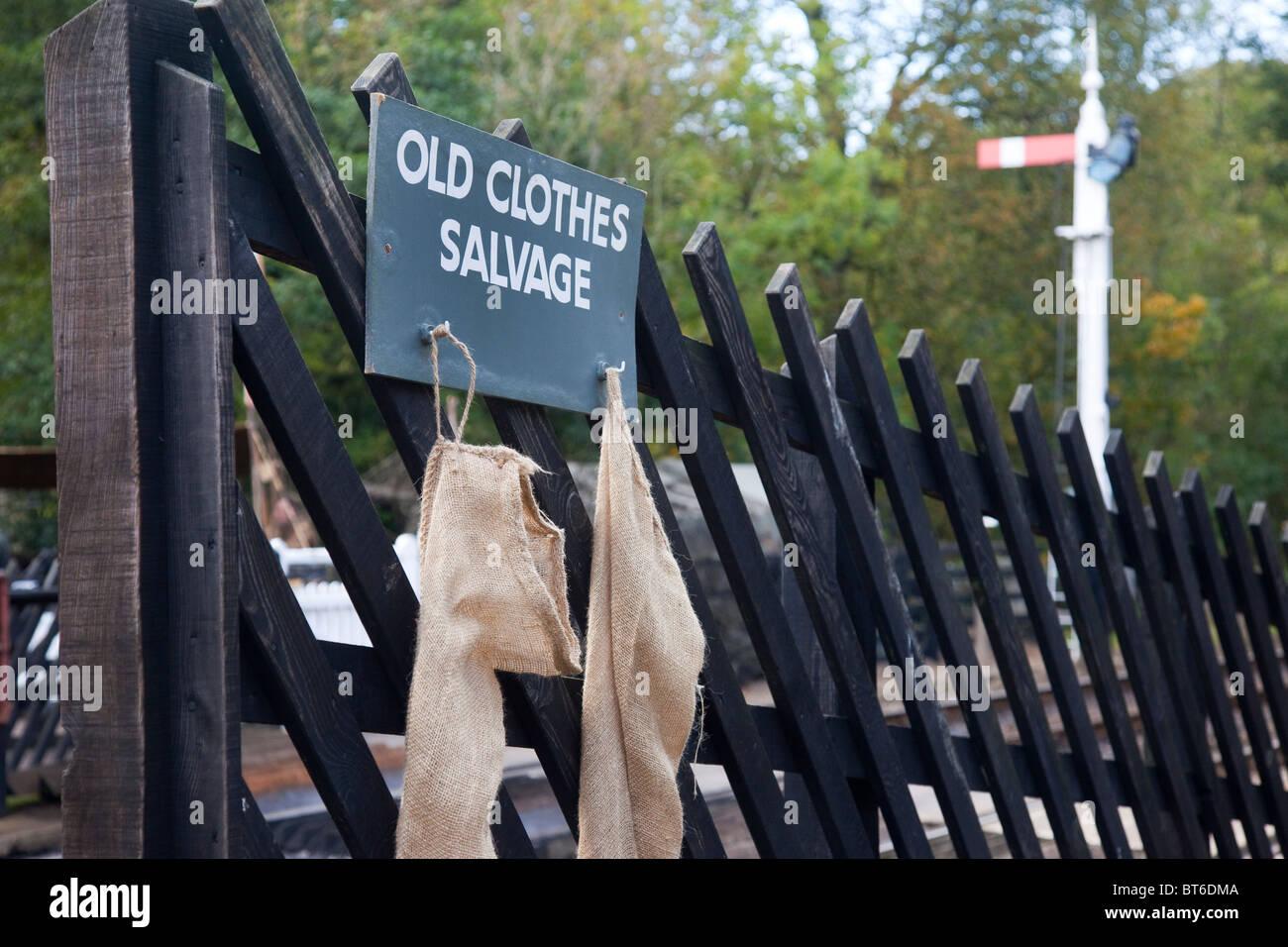 Punto di raccolta per vestiti vecchi, riutilizzare e riciclare, riciclaggio, recupero e vecchi sacchi di vestiti Immagini Stock