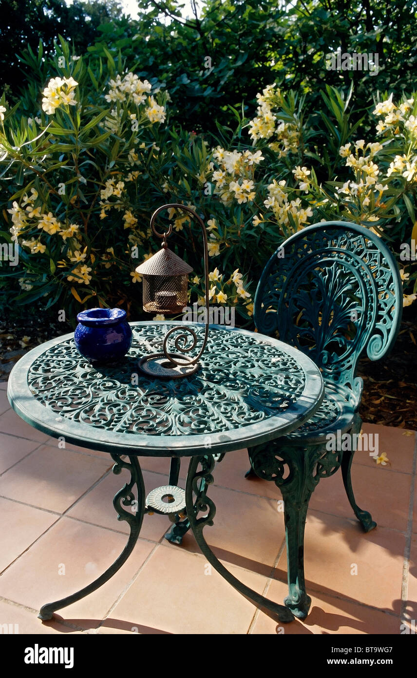 Mobili Da Giardino In Ghisa.Idilliaco Di Posti A Sedere Su Una Terrazza Giallo Oleandri Fioriti