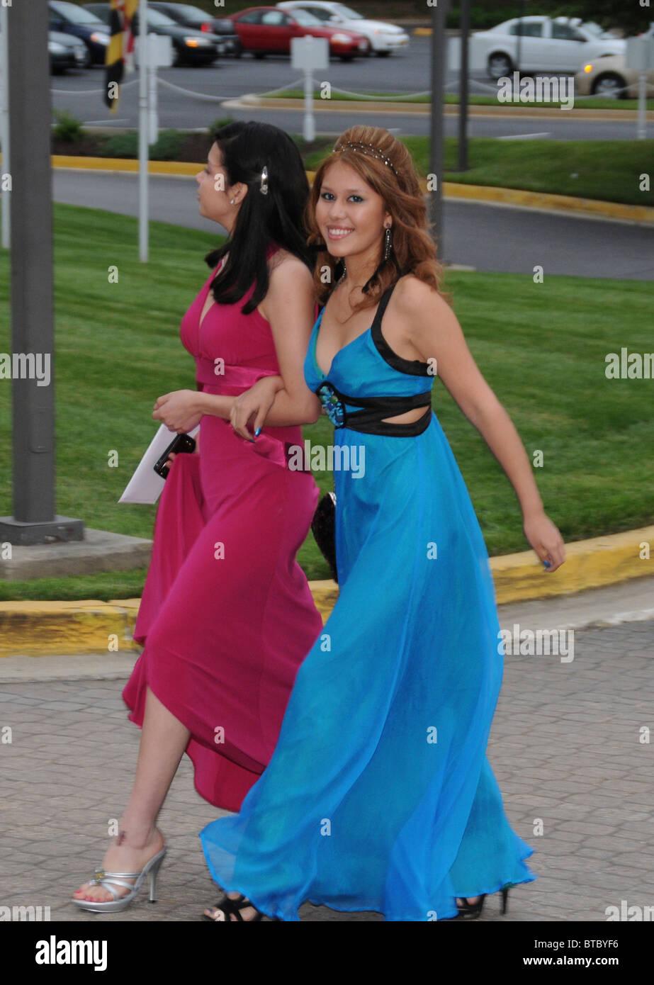 71d35436f63e 2 adolescenti ragazze Latino tutti vestiti in abiti di sera andare al loro  prom in Greenbelt