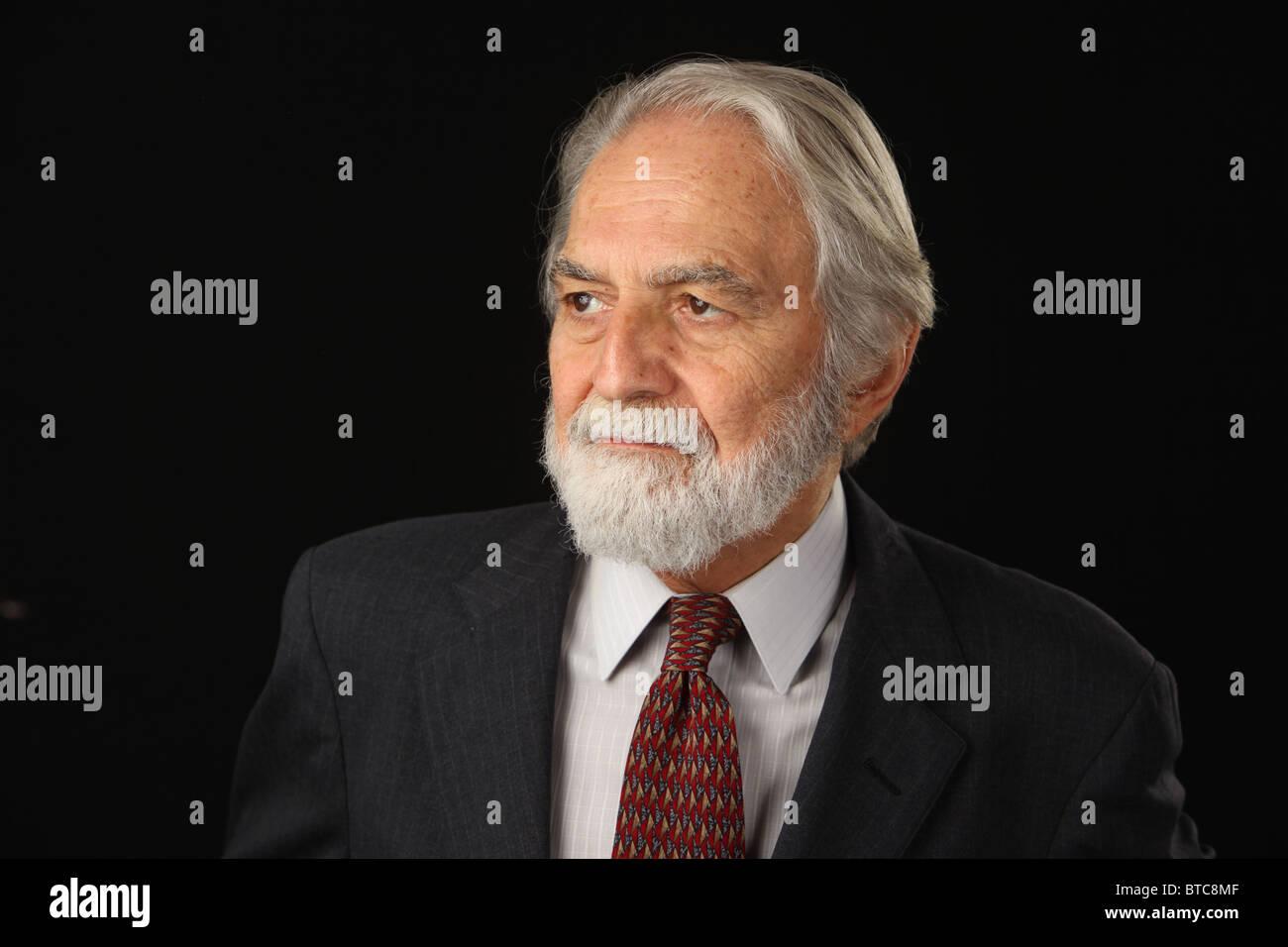 Ritratto di barba e capelli grigi imprenditore senior in tuta e cravatta c35ad14bcc18