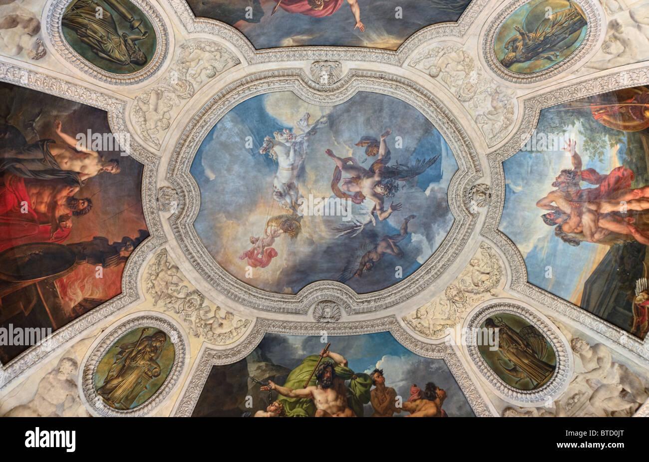 Affresco del soffitto dipinto dal museo del Louvre a Parigi Immagini Stock