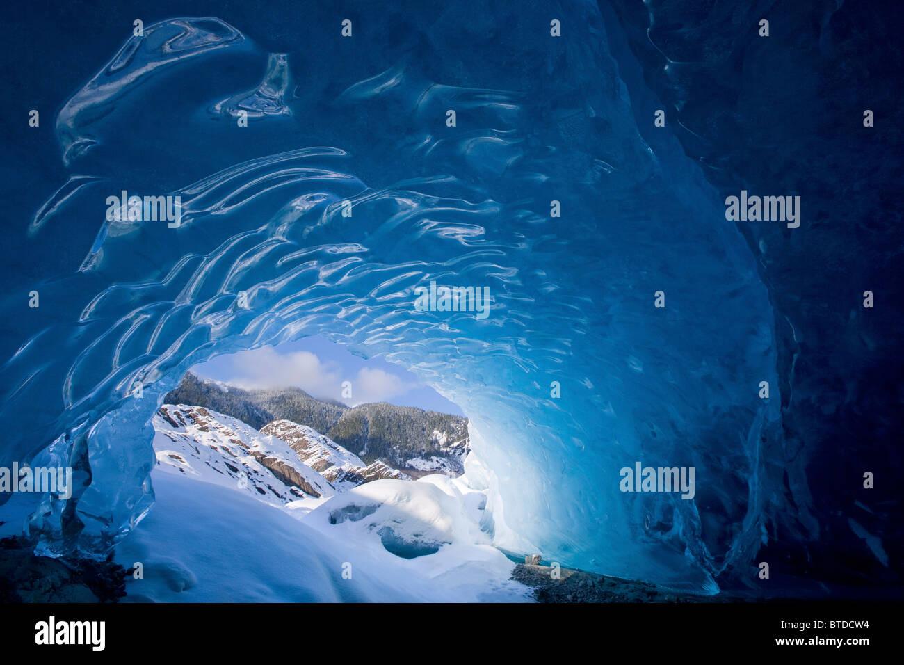 Vista dall'interno di una caverna di ghiaccio guardando verso l'esterno al paesaggio snowcovered, Mendenhall Immagini Stock