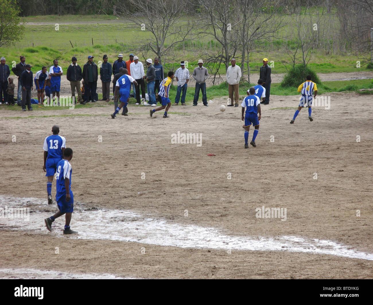 Partita di calcio giocata in un area rurale Immagini Stock