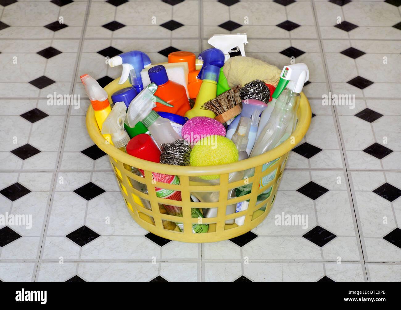 39bf76b170 Prodotti di pulizia in un cesto della biancheria Foto & Immagine ...