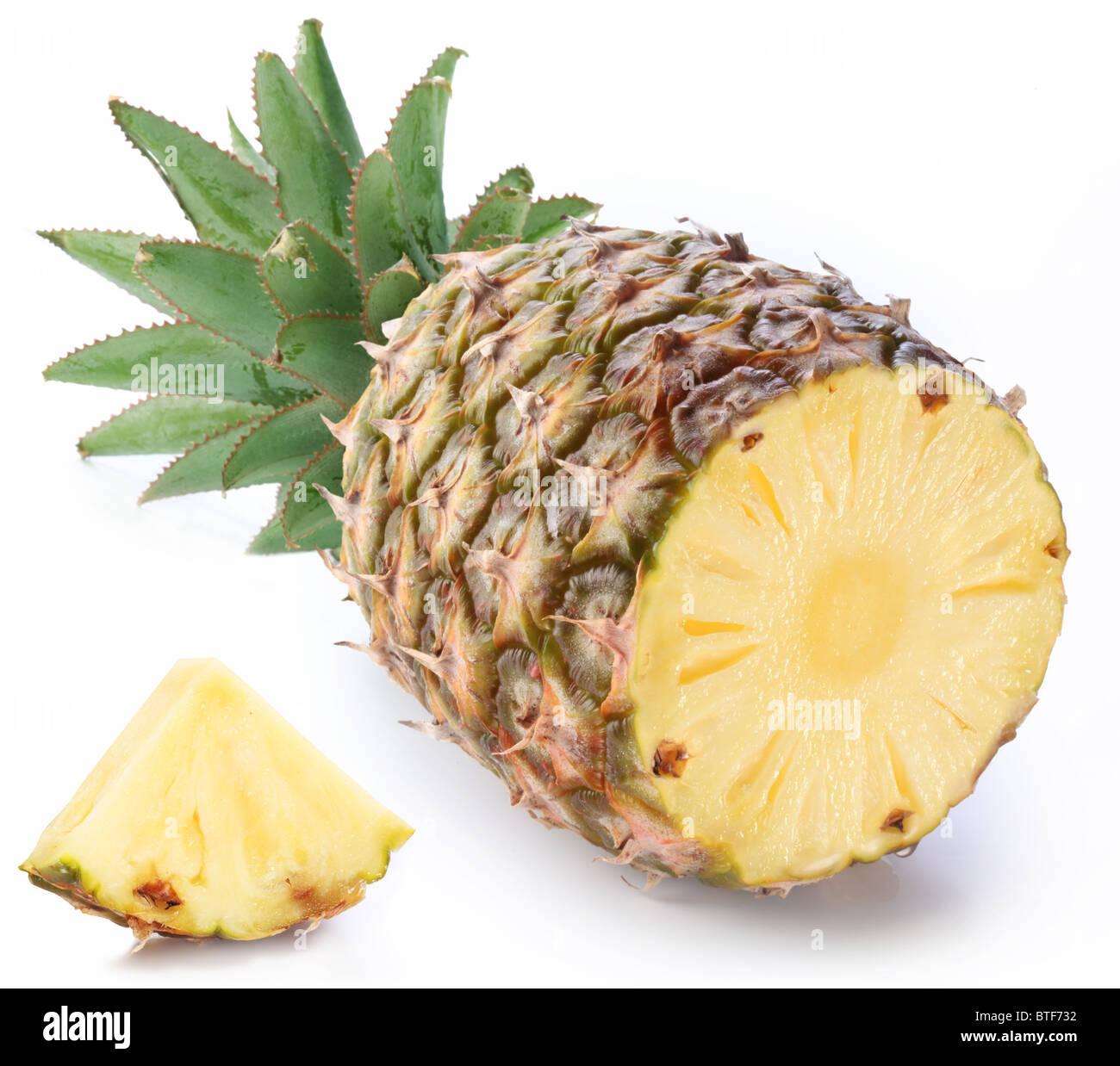 Tagliare ananas maturo con rich green rosette. Isolato su un bianco. Immagini Stock