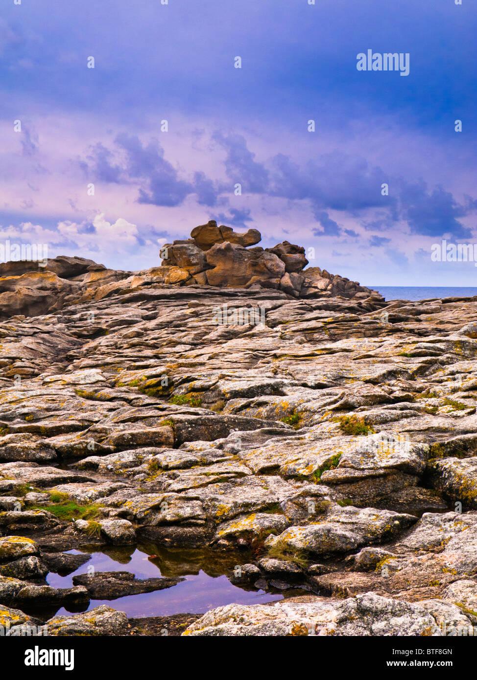 Promontorio roccioso sulla Cote Sauvage, Morbihan, in Bretagna, in Francia, in Europa Immagini Stock