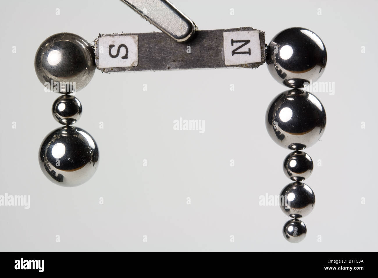 Cuscinetti a sfere in acciaio attratte dal magnete Immagini Stock