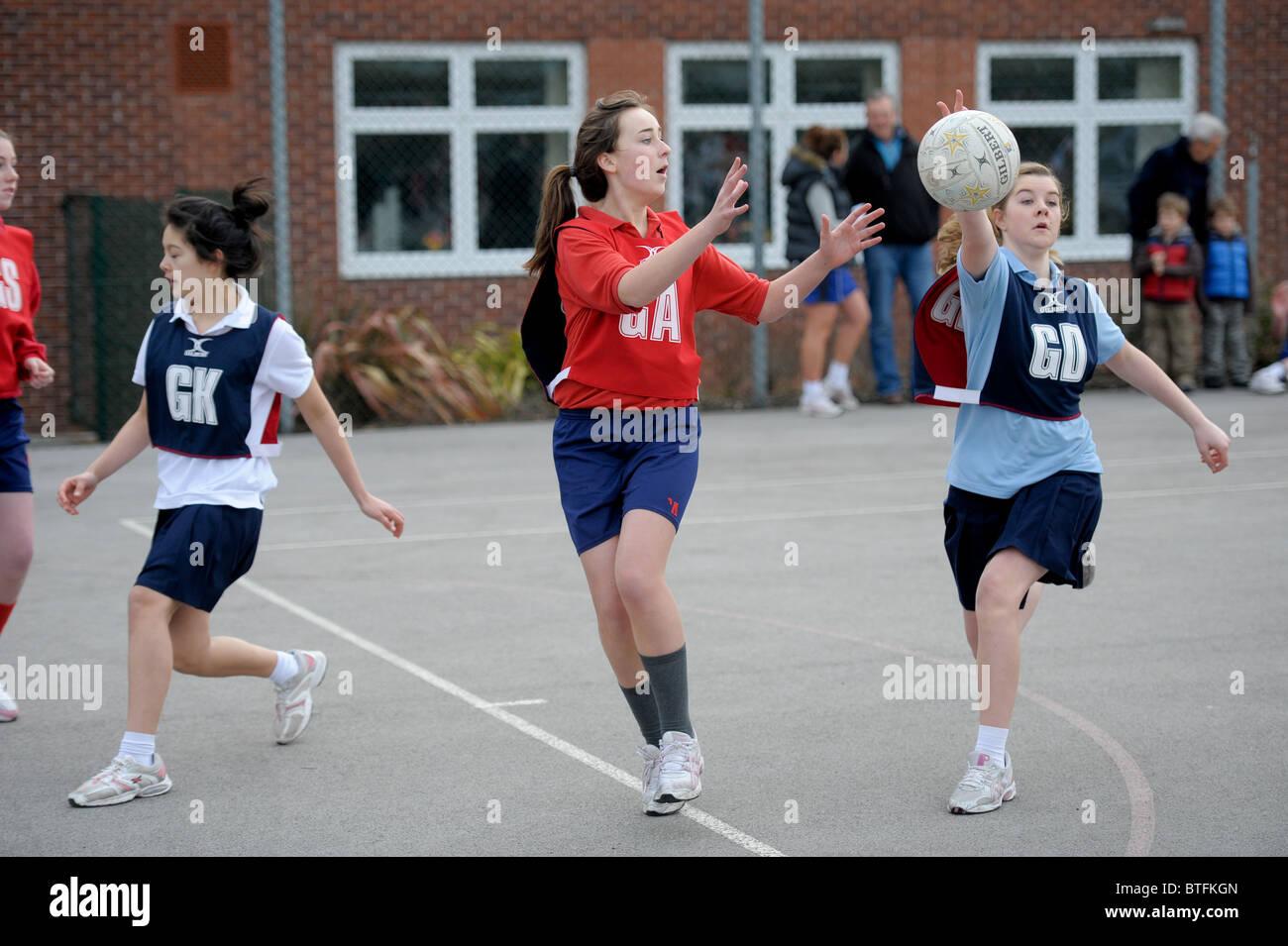 I giovani prendono parte in un inter-scuola netball torneo. Foto di Alan Edwards Immagini Stock