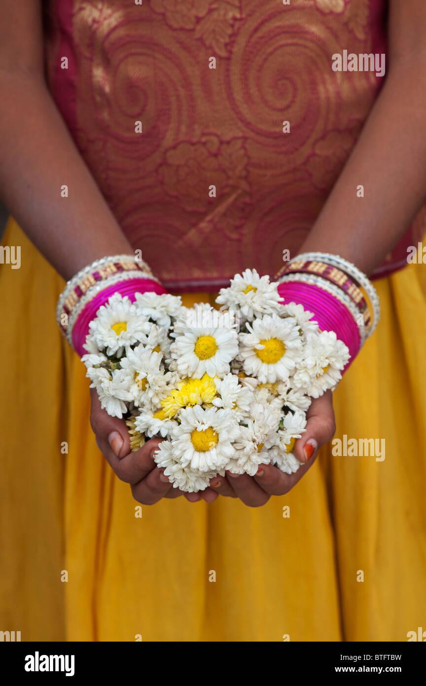 Giovani indiani ragazza con una ghirlanda di fiori. India Immagini Stock
